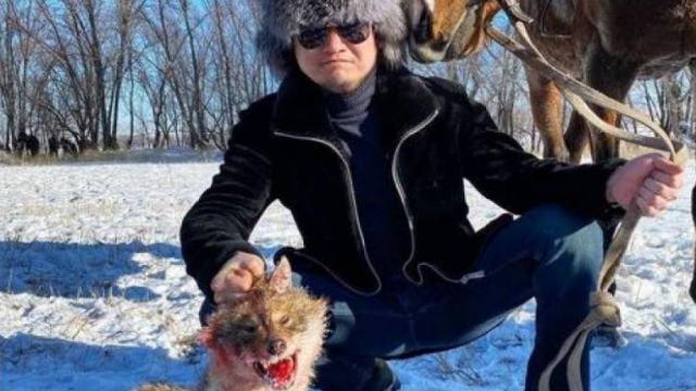 Фото Торегали Тореали с убитым животным проверят стражи порядка в Казахстане