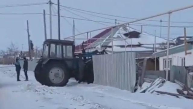 Видео: Трактор снёс ворота дома на опасном перекрёстке в Житикаре