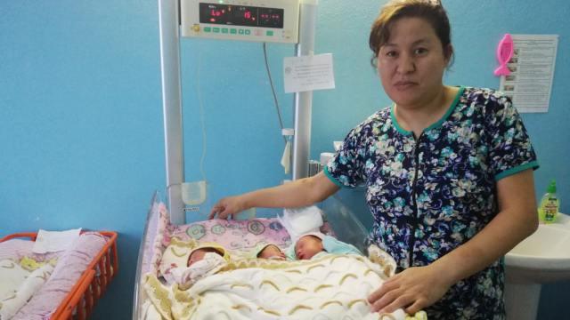 У супружеской пары после трёх мальчиков родились сразу три девочки в Казахстане