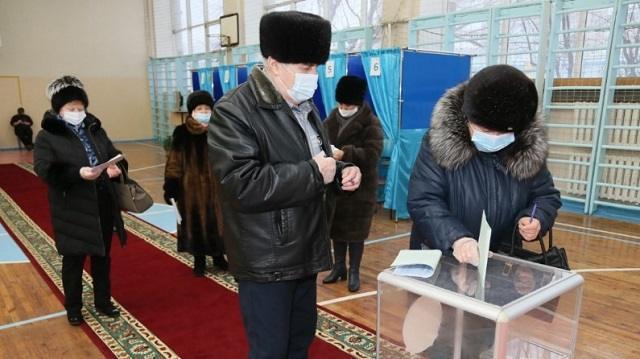 «И стар, и млад»: Как проходят выборы на избирательных участках Костаная