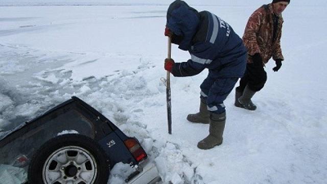 Автомобиль с четырьмя рыбаками провалился под лед в ВКО