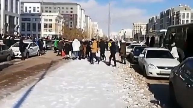 Видео: Пробки образовались в Нур-Султане из-за открытия магазина