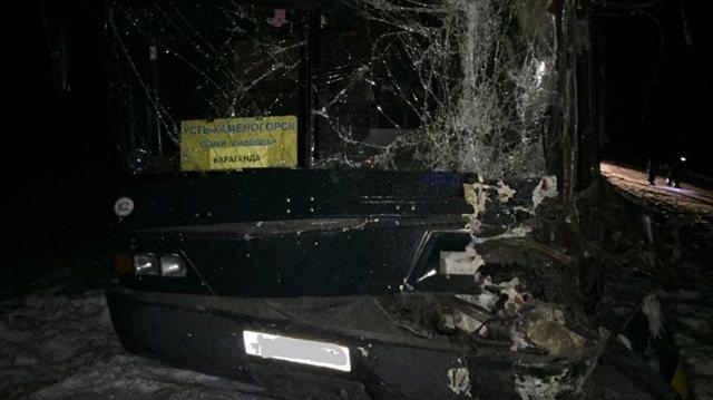Автобус с пассажирами столкнулся с КамАЗом на трассе в Павлодарской области