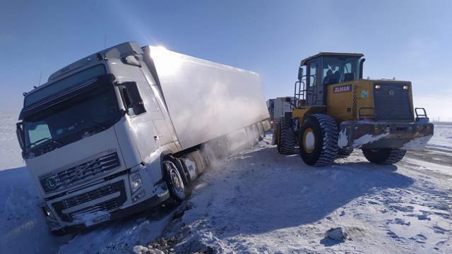Фура с молоком оказалась в кювете на трассе в Казахстане