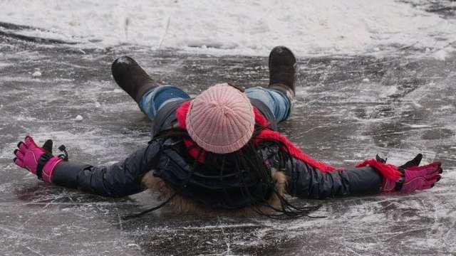 Из-за гололеда ребенок получил перелом позвонка в Павлодаре