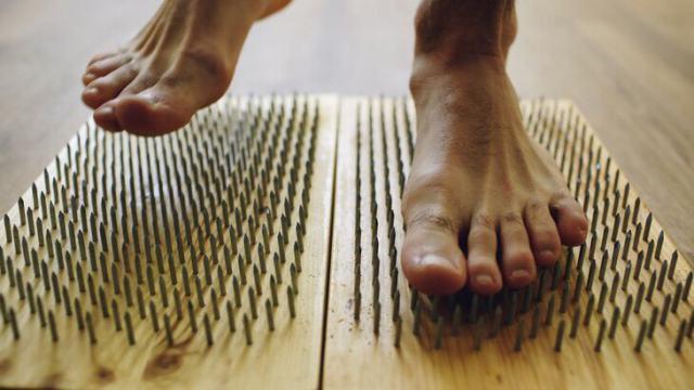 «Гвозди б делать из этих людей»: Побить мировой рекорд стояния на гвоздях решил парень из Костаная