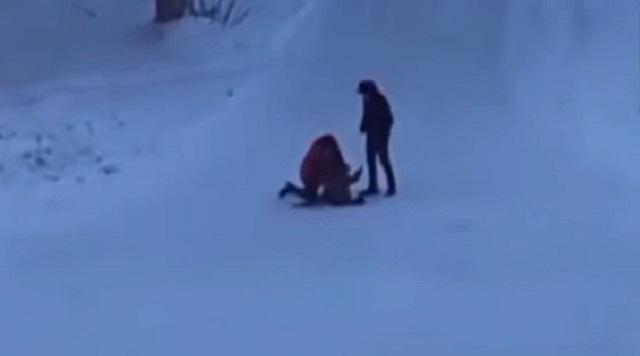 «Кухонный боец»: Казахстанец избил женщину с ребенком на руках