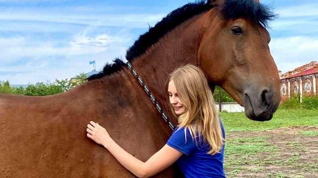 «Ксения и Олигарх»: Хрупкая девушка пытается спасти коня в Костанае