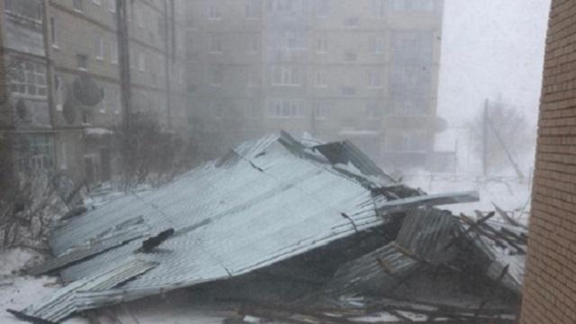 В селе Костанайской области снесло крышу многоэтажки