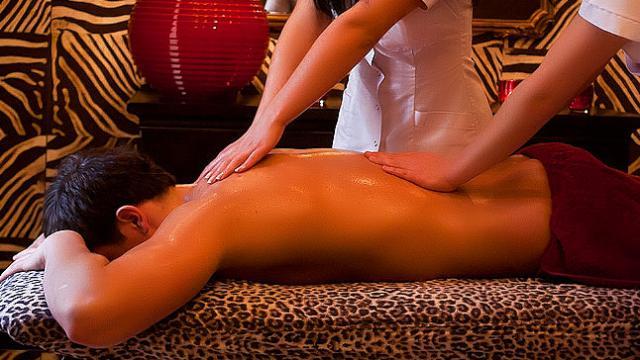 «Поцелуй гейши»: Зачем мужья ходят на эротический массаж в Казахстане?