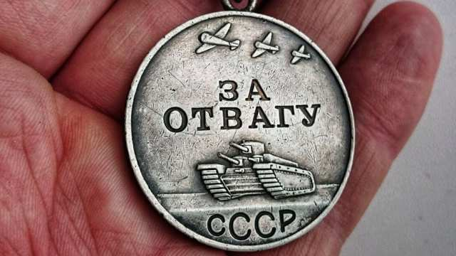 «За отвагу»: Чёрные копатели нашли под Смоленском медаль красноармейца из Казахстана