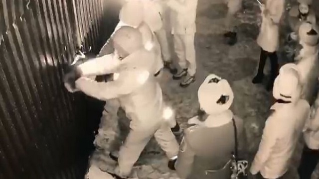 Видео: Мониторинговая группа, сорвав замки, проникла в компьютерный клуб Уральска