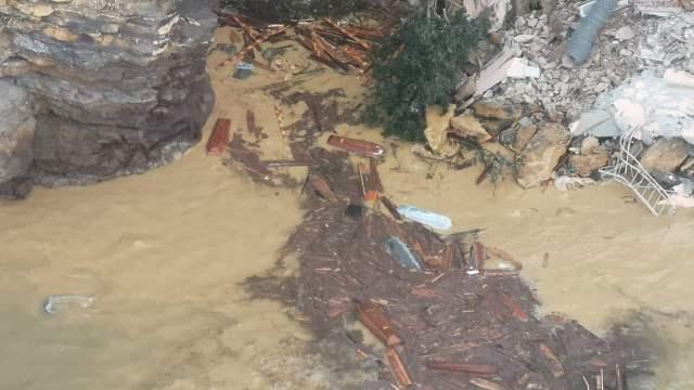 Сотни гробов оказались в воде из-за оползня на кладбище