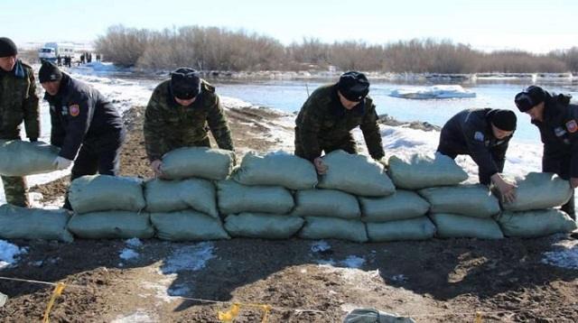 Паводки в Казахстане: затоплены дома и улицы, уничтожены дороги и мосты