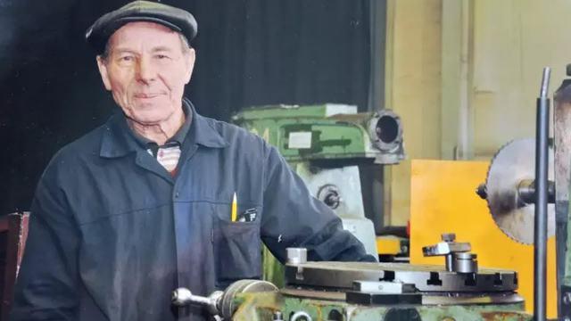 «Вот это — шестерня»: 92-летний фрезеровщик работает на заводе в Казахстане