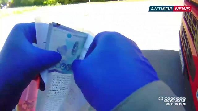 Инспектор снял на видеожетон момент получения взяток