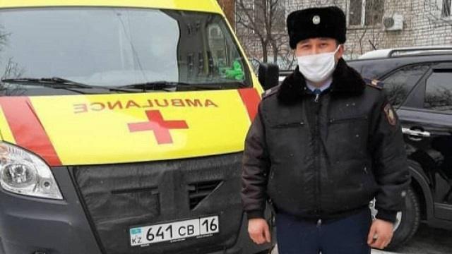 Сотрудник полиции спас мужчину на улице в Семее