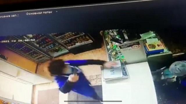 Видео: Продавец из Костанайской области бесстрашно отбилась от грабителя с ножом