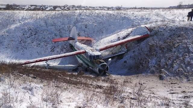 Видео: Самолет экстренно приземлился в овраг в Алматинской области