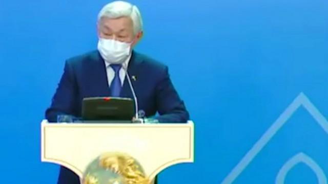 Герб Казахстана упал с трибуны во время выступления акима Жамбылской области