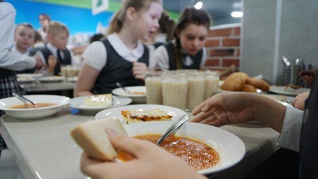 Около ста детей отравились салатами в школах Красноярска