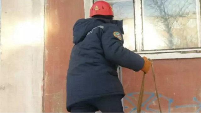 Спасатели через форточку залезли в квартиру, чтобы помочь пенсионерке в Семее