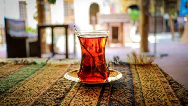 Рабочий купил слюну у зараженного ковидом и подмешивал её в чай начальнику