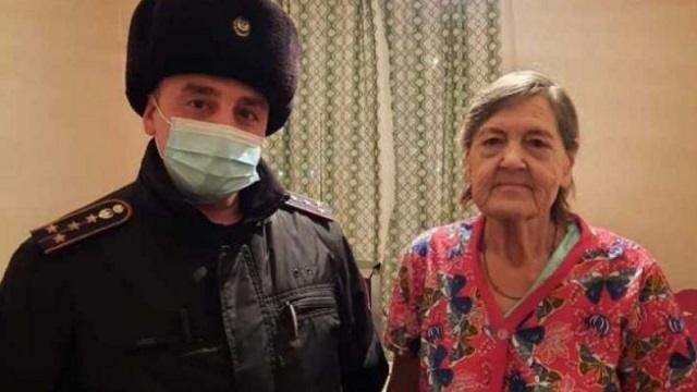 «Заклинило дверь»: Полицейский из Костаная оказал помощь пенсионерке