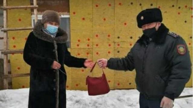 Полицейский из Рудного вернул хозяйке потерянную сумку
