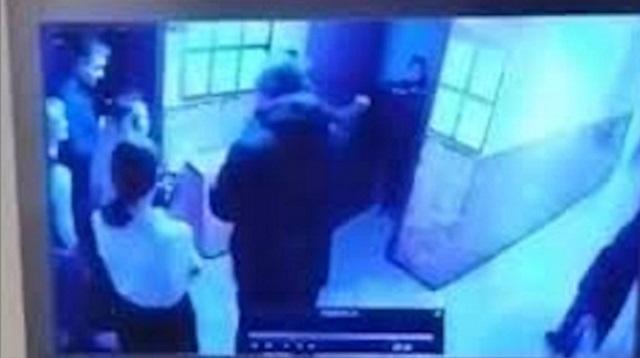 Видео: Силовик засунул деньги официантке в рот