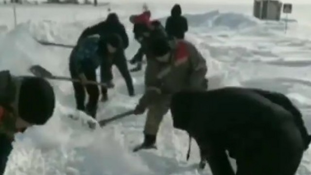 Сельчане лопатами чистят дороги от снега в Костанайской области