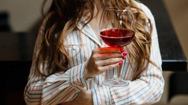Новобрачная попала в неловкую ситуацию из-за фото с бокалом вина