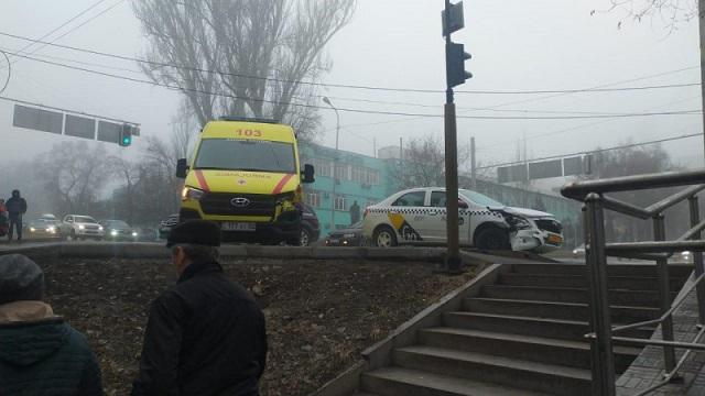 ДТП с участием скорой помощи в Алматы попало на видео