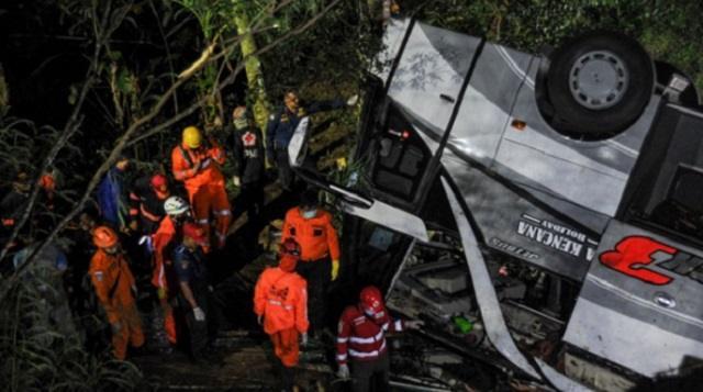 Автобус со школьниками сорвался в пропасть, погибло 27 человек