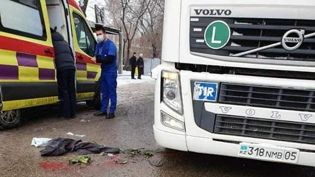 «Собирали по крупицам». Грузовик сбил женщину с ребенком в Алматы