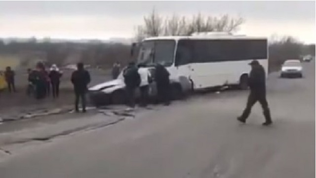 Видео: Автоледи на иномарке врезалась в автобус в Караганде