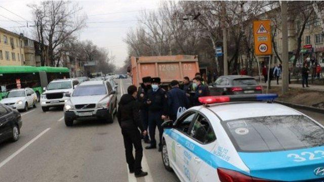 «Насмерть»: Под колесами КамАЗа в Алматы погибла женщина
