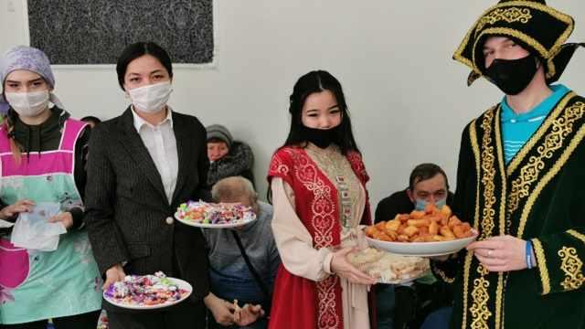 Студенты из Рудного с подарками навестили общество инвалидов