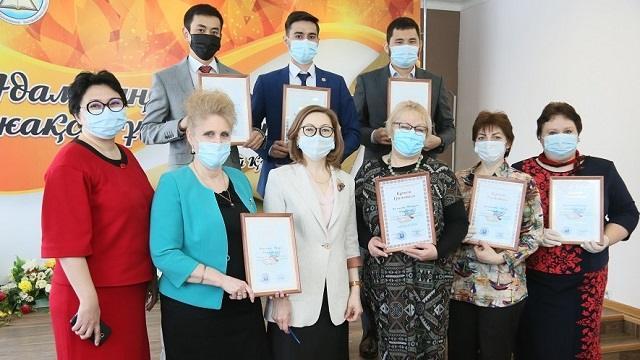 Педагогов наградили за подготовку победителей олимпиады