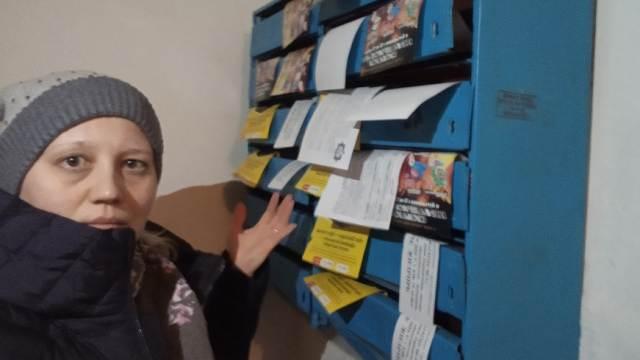 «Мусор и сигнал ворам»: На бумажный спам в подъездах жалуются жители Костаная