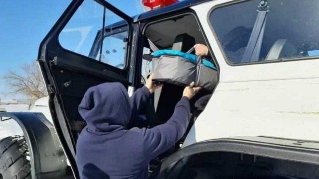 Новорожденный младенец был доставлен в больницу спасателями
