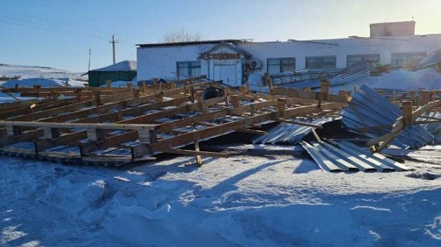 Ветер сорвал крышу со здания столовой в Восточном Казахстане