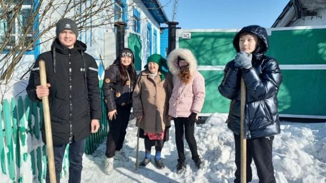 «100 добрых дел»: Тимуровцы из Боровского помогают пенсионерам