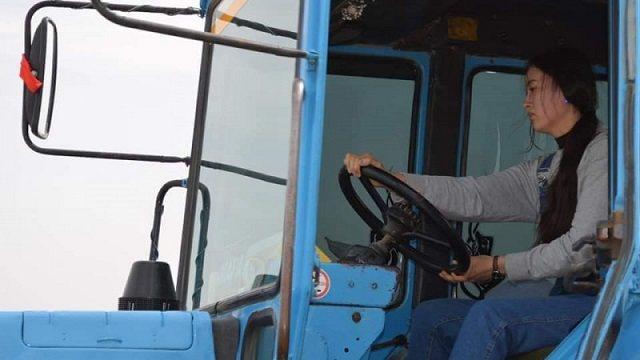 Видео: Работающая на тракторе студентка восхитила Казнет