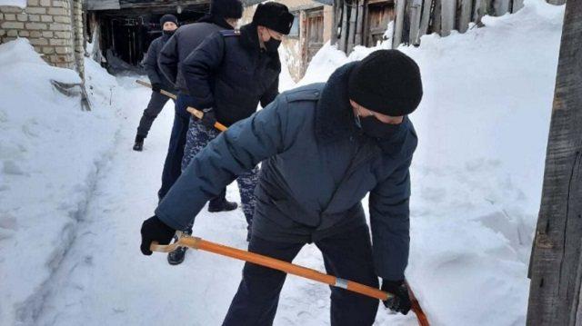 Снег заблокировал дом многодетной семьи на севере Казахстана