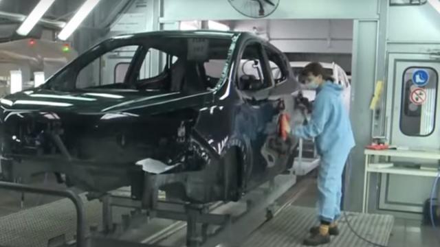 Сотни женщин работают на автопроизводстве в Костанае