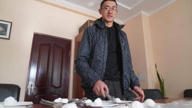 Мороженое из кумыса делает житель Казахстана