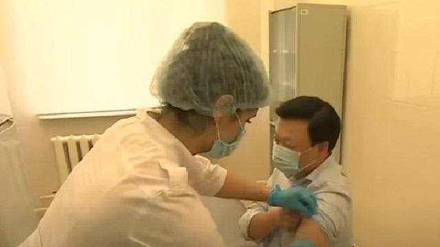 Глава Минздрава Алексей Цой получил вторую прививку