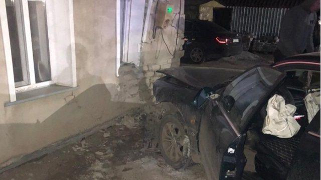 Иномарка врезалась в дом: Кирпичи завалили спящего ребёнка