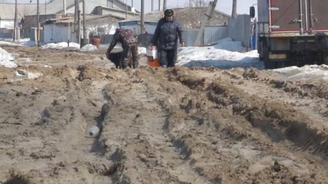 Утопающих в грязи жителей пригорода Костаная просят потерпеть